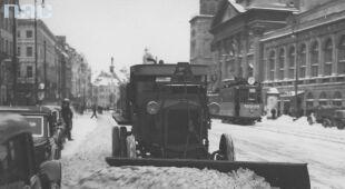 Odśnieżanie w l.30 XX wieku (Narodowe Archiwum Cyfrowe)