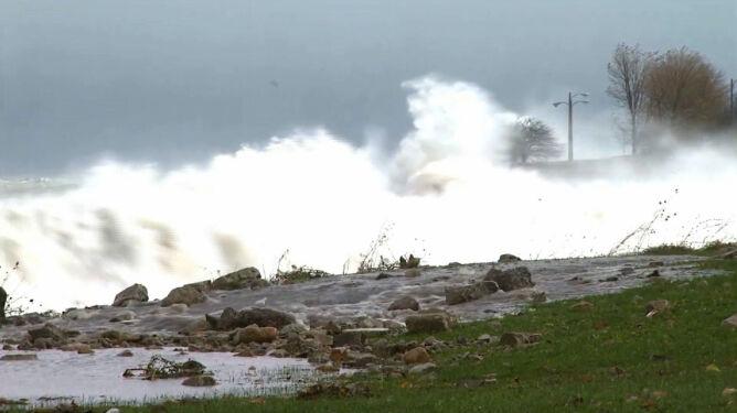 Sztorm na jeziorze Michigan: sześciometrowe fale i wiatr w porywach do 100 km/h