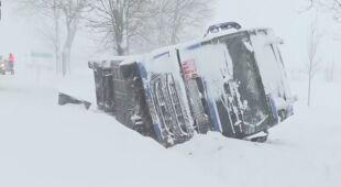 Ciężarówka wpadła w poślizg i wjechała do rowu